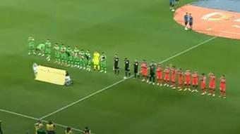 Los jugadores del Steaua salieron con perros al campo. YouTube/TelekomSportRomania