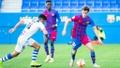 Acción del partido entre el Barcelona B y el Alcoyano de la temporada 2021-22. FCBarcelonaB