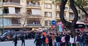 Torcedores aglomeram no clássico de Sevilla. Captura/FranCamposv90