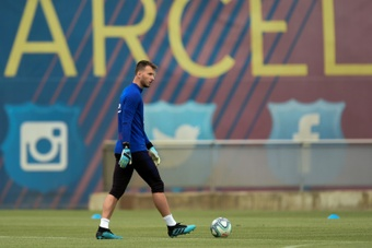 Neto still cannot get into the Barcelona team. AFP