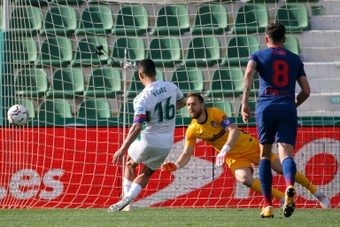 El palo evitó el tanto de Fidel frente al Atlético. AFP