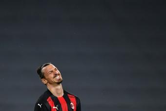El 'corte' de Cantona a Ibrahimovic... que se le volvió en contra. AFP