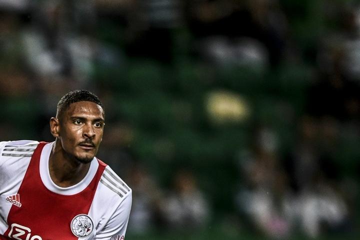 Sébastien Haller, do Ajax, pode chegar no Borussia Dortmund. AFP