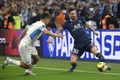 Nicolas Anelka se paye Leo Messi. AFP