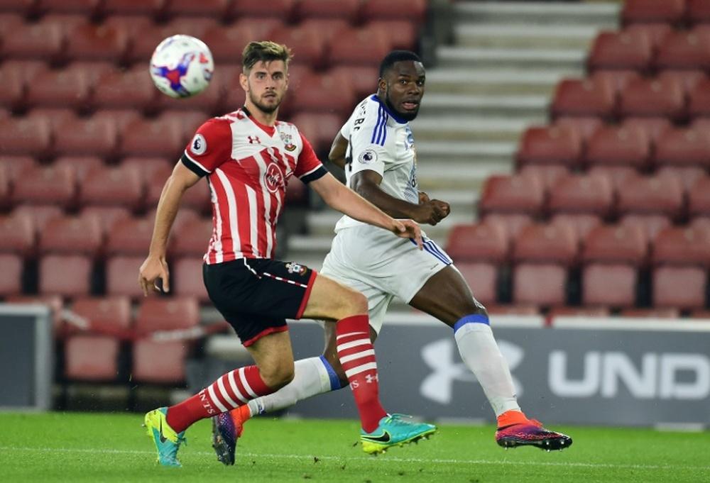 Anichebe (d) podría ser oficialmente jugador del Doncaster pronto. AFP