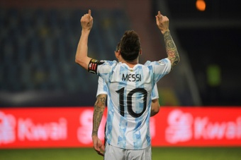 Messi criticó el césped del estadio. AFP