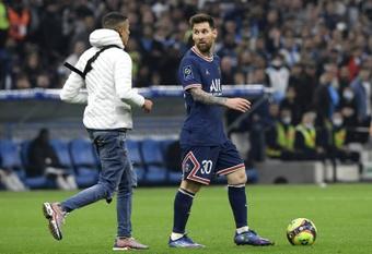 ¡Un espontáneo se fue a por Messi en el OM-PSG!. AFP