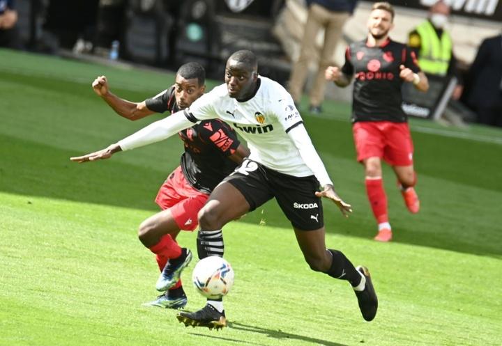 Le défenseur français de Valence Mouctar Diakhaby (d) lors d'un match contre la Real Sociedad. EFE