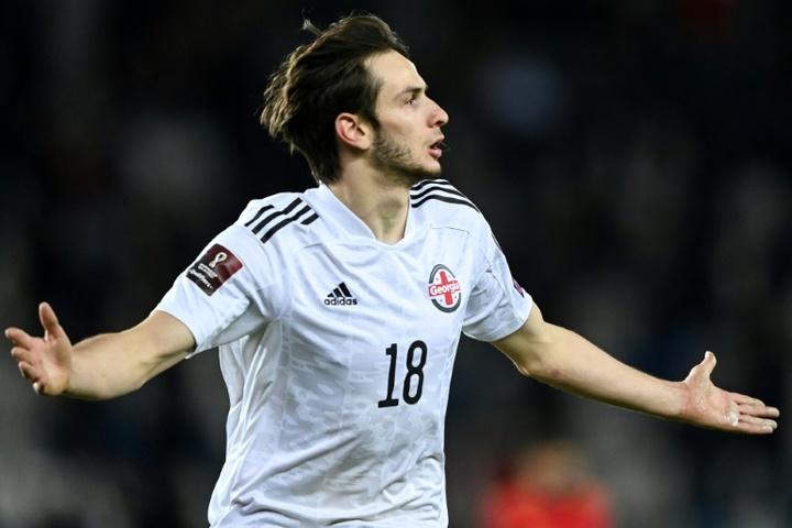 Kvaratskhelia llama la atención del Sevilla. AFP