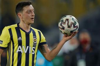 Özil tuvo un gesto brusco con su entrenador. AFP
