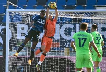Pepe Reina recebeu prêmio de melhor goleiro da temporada passada. AFP