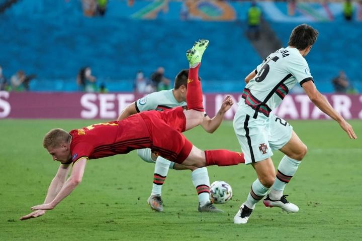 Palhinha se vio las caras en la Euro con rivales como De Bruyne. AFP