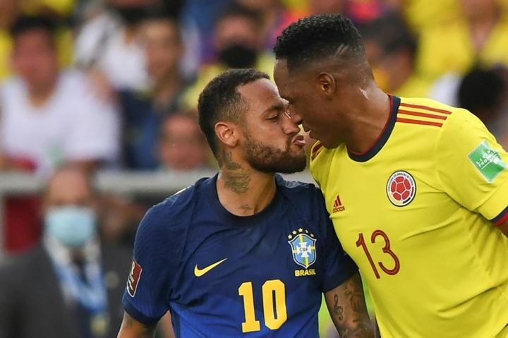 Neymar e Yerry Mina se estranharam novamente. AFP