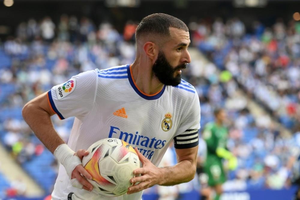 L'attaquant français du Real Madrid Karim Benzema récupère le ballon. EFE