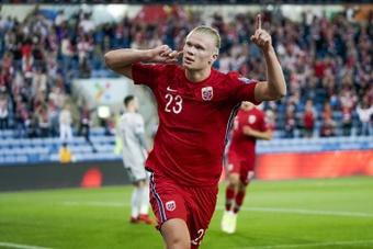 Haaland promete donar las primas ganadas con Noruega a cuatro clubes. AFP