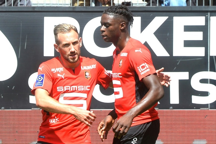 Kamaldeen Sulemana asistió a Gaetan Laborde en el primer gol del Rennes ante el PSG. AFP/Archivo