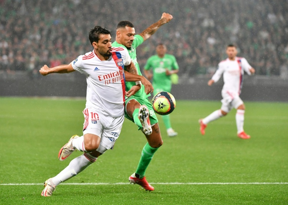 El Olympique de Lyon empató a uno ante el Saint-Étienne en un partido con intervención del VAR. AFP