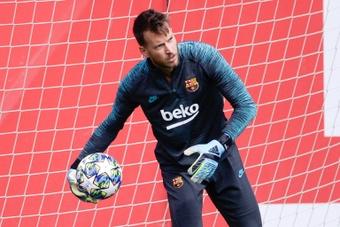 Neto quiere jugar, y no lo hará en el Barça. AFP/Archivo