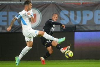 William Saliba, avec Marseille, à la lutte avec le défenseur angevin Enzo Ebosse en championnat de France, le 22 septembre 2021 au stade Raymond-Kopa
