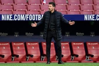 En Inglaterra no gustó nada ver a Simeone salir sin darle la mano a Klopp. AFP