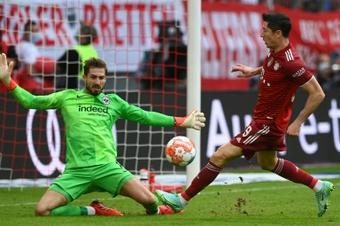 Le gardien de but de l'Eintracht Francfort Kevin Trapp stoppe un tir de l'attaquant polonais. AFP