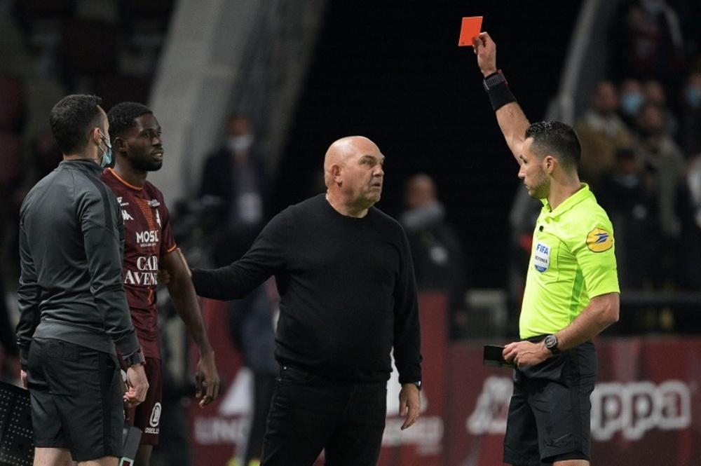 Los árbitros podrían llevar micrófonos pronto en la Ligue 1. AFP