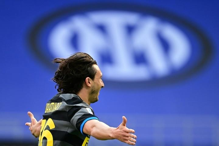 Inter vence e fica a um passo do título italiano. AFP