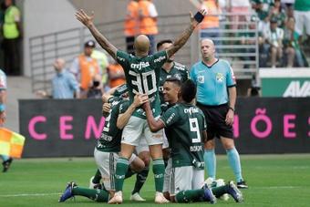 Edu Dracena (i), de Palmeiras, celebra un gol con sus compañeros. EFE