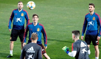 Los jugadores de la selección española Jordi Alba (i) y Sergio Roberto (2i) entre otros. EFE