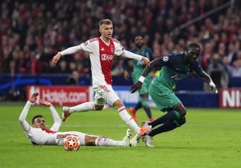 Mazraoui, representado por Mino Raiola, pode sair em breve do Ajax. EFE