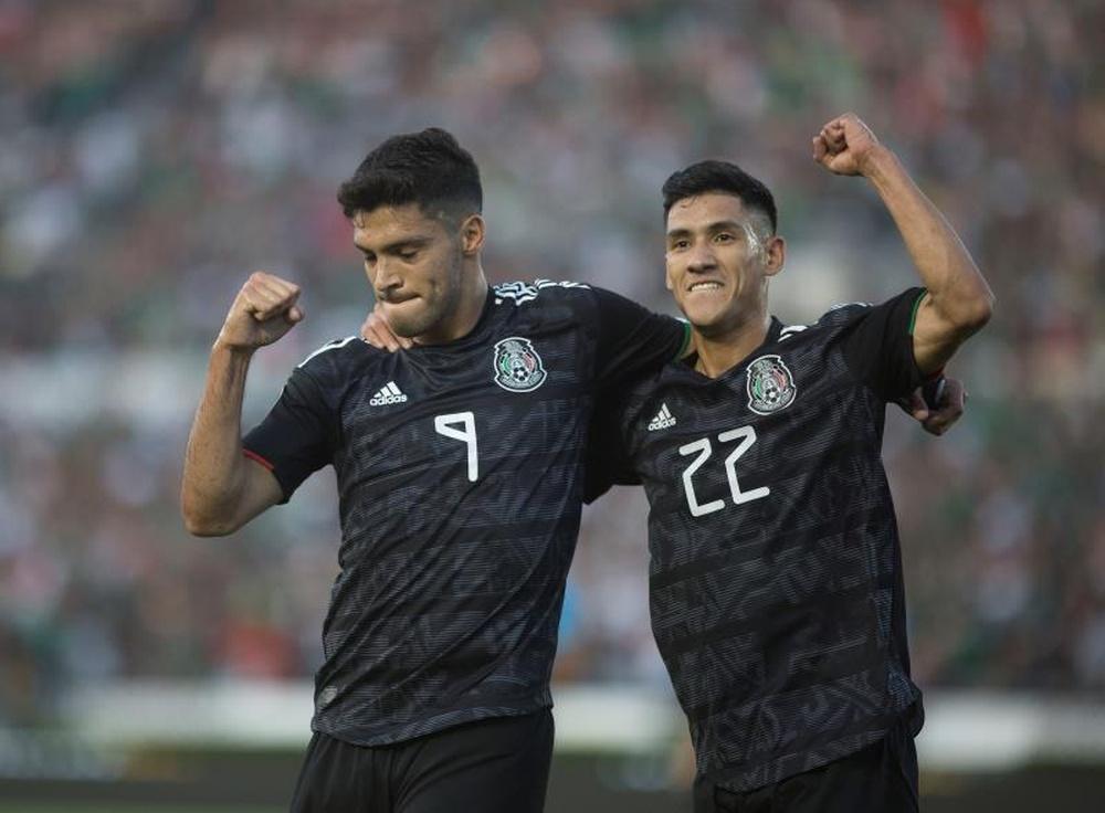 Raúl Jiménez volvió a marcar con México. EFE