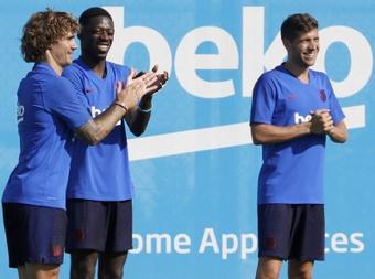 Los jugadores del FC Barcelona, Antoine Griezmann (i), Ousmane Dembélé y Sergi Roberto (d). EFE