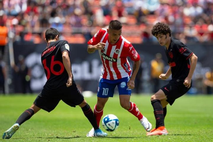 Juan Manuel Sanabria (i) ahora juega para Atlético San Luis. EFE/Archivo
