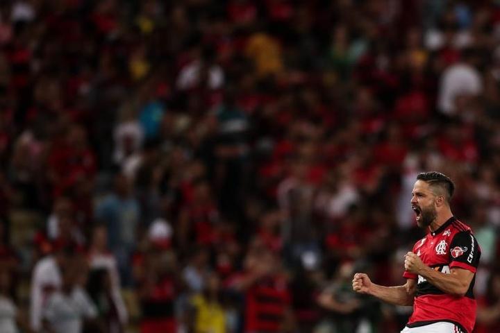 Diego vira reforço de Renato Gaúcho contra o Barcelona. EFE/Antonio Lacerda