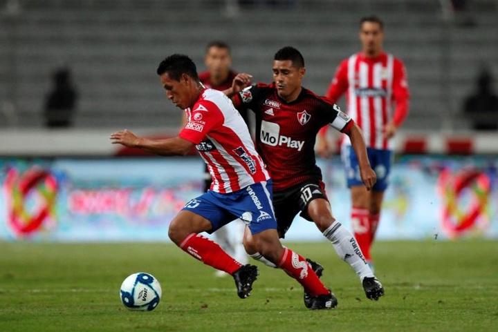 Osvaldo Martínez será operado por una grave lesión de rodilla. EFE