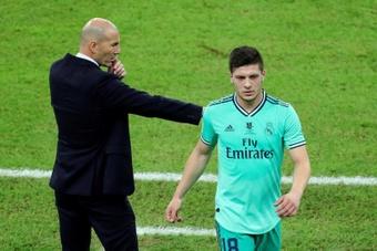 El delantero serbio del Real Madrid, Luka Jovic (d). EFE
