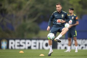 O PSG estuda troca entre Arthur-Bakker com a Juventus. EFE