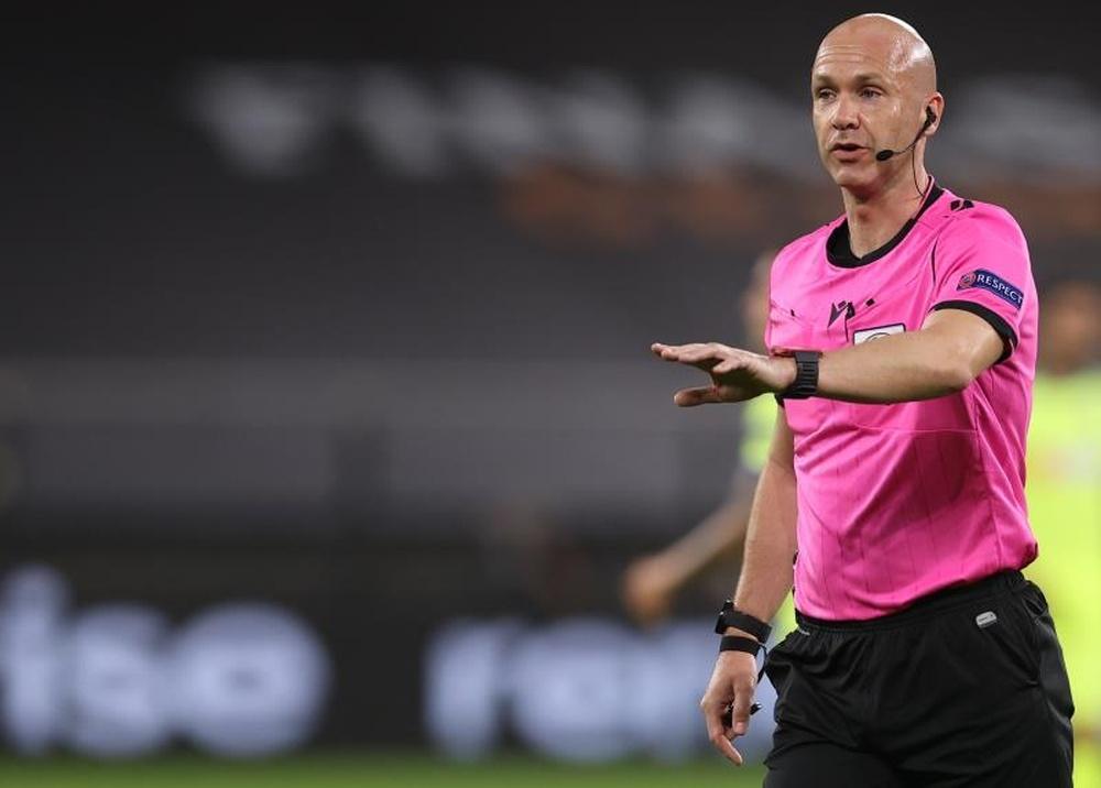 Depois da confusão entre Espanha e França, Taylor apitará o duelo entre Brentford e Chelsea. AFP