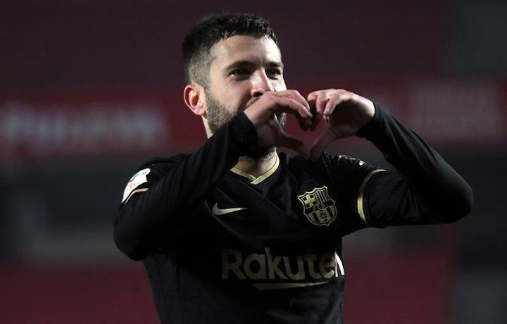 El Inter pondría hasta tres jugadores sobre la mesa para llevarse a Alba. EFE