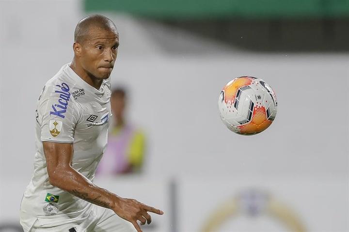 Santos renova o contrato de Carlos Sánchez até 2023. AFP