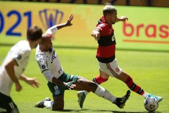 El jugador de Flamengo Giorgian Arrascaeta (d) disputa el balón con Felipe Melo. AFP