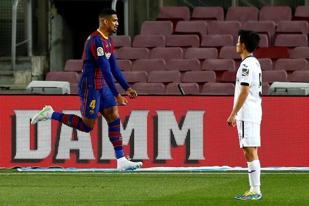 Cinco años más para Araujo en el Barça. EFE