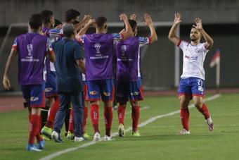 Alesson dos Santos (d), mediocampista de Bahía, celebra con sus compañeros un gol. EFE