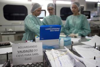 Trabajadores del Laboratorio Central de Salud Pública. EFE