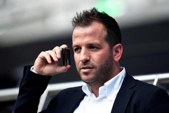 Courtois criticó a la UEFA y a la FIFA; Van der Vaart le contestó. EFE