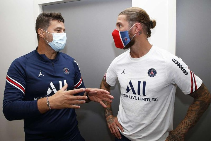 Ramos (R) is not quite ready to make his PSG debut. EFE