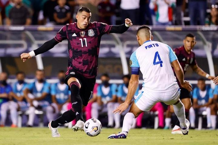 La presencia de Funes Mori en la Selección Mexicana siguió causando revuelo. EFE
