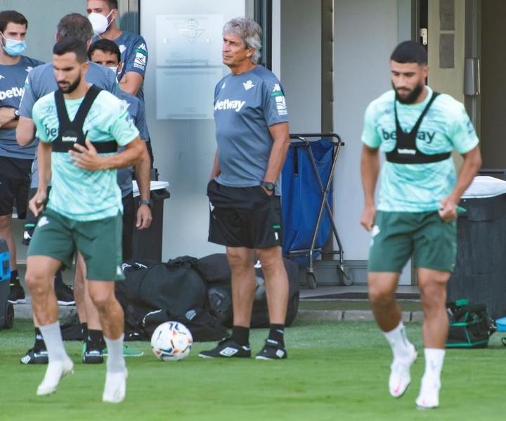 El Betis recupera a Fekir en la rutina de entrenamientos. EFE