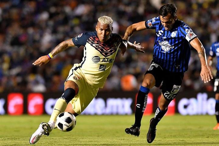 Roger Martínez calentó el partido contra Chivas. EFE