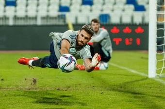 El portero de la selección española Unai Simón participa en el entrenamiento de este martes. EFE